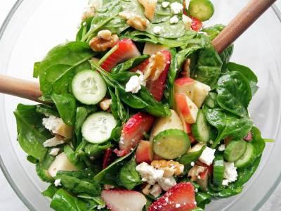 Καλοκαιρινή σαλάτα με σπανάκι και φράουλες!