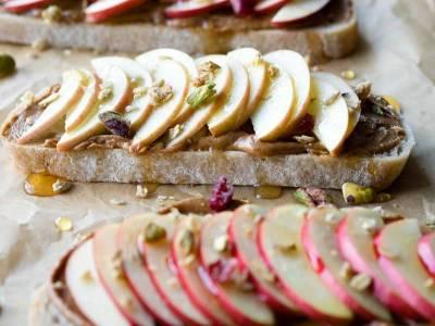 Πρωινό τοστ με φυστικοβούτυρο και μήλα